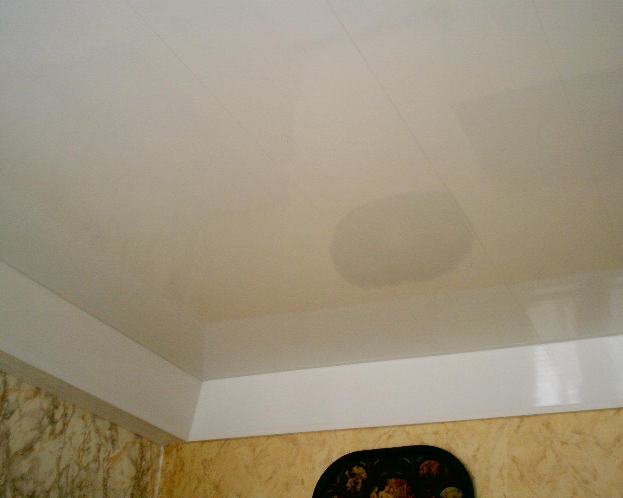 как закрыть закругленные углы потолка